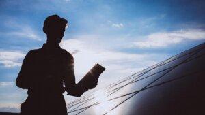 Energia solar ou poupança Veja na prática qual o melhor investimento