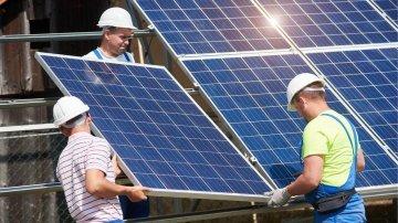 Uma placa solar produz quanto de energia fotovoltaica-